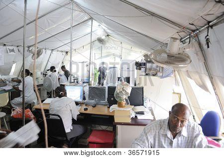 Improvisado laboratorio patológico en Haití.
