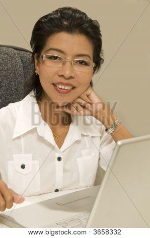 Mujer asiática moderna con la computadora