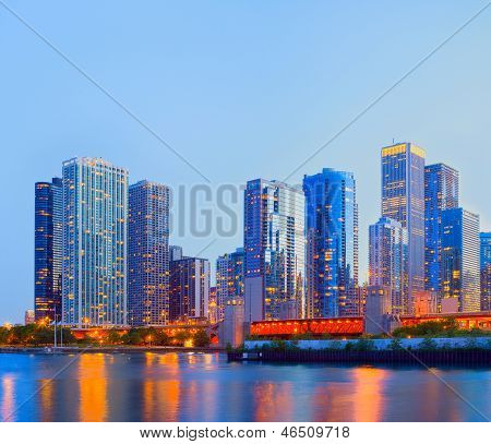 Skyline de colorido panorama sunset City of Chicago USA del centro