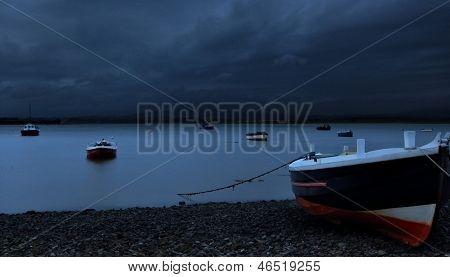 Bote de remos en la orilla pedregosa