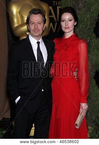 LOS ANGELES - 6 de FEB: GARY OLDMAN & invitado llega para el almuerzo del candidato 2012 Academy Awards en Fe
