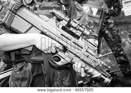 Soldat hält ein Maschinengewehr In die stehende Position