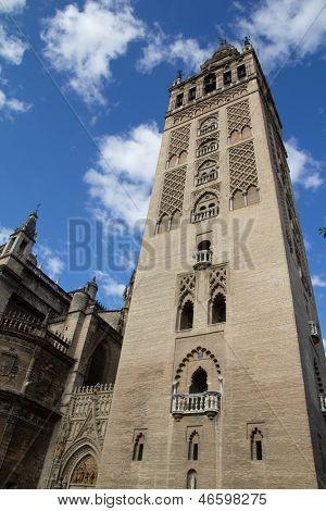 Sevilla, España - 16 de mayo: La Giralda de la Catedral de Sevilla el 16 de mayo de 2013 en Sevilla, España.