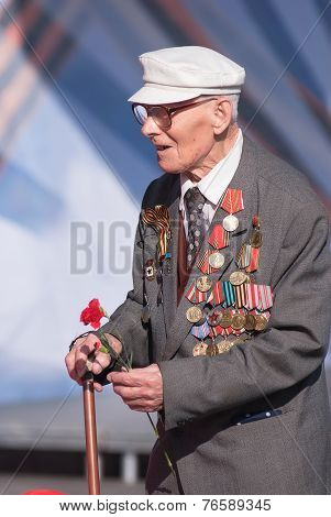 Old veteran of World War II near tribunes