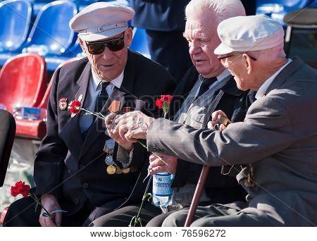 Senior veterans of World War II meet on tribunes