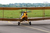 picture of chassis  - Light aircraft since World War II steers the aerodrome - JPG