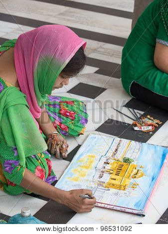 Indian students draws from nature the image of the Golden Temple