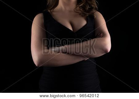 Photo curvy woman's bust with arms crossed
