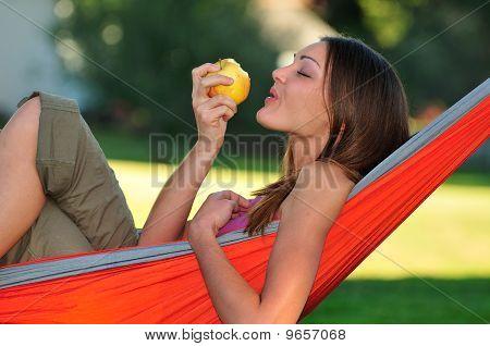 Mulher, comer uma maçã