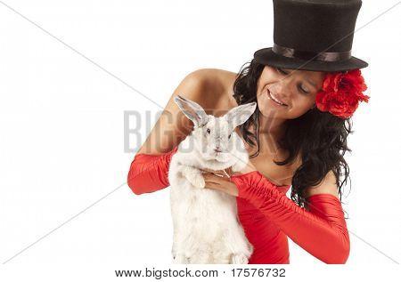 Closeup Retrato de un mago lindo con bunny contra fondo blanco