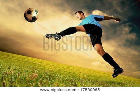 Futbolista de felicidad en la cancha del Estadio Olímpico en el cielo del amanecer