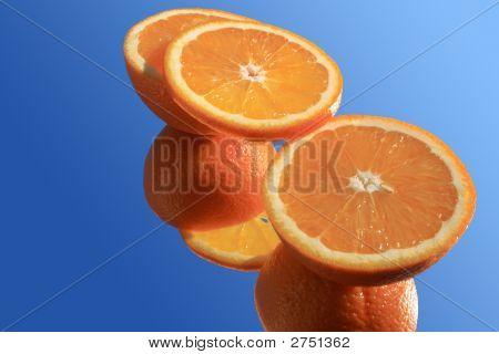 Eingeschnittene Orange auf blau