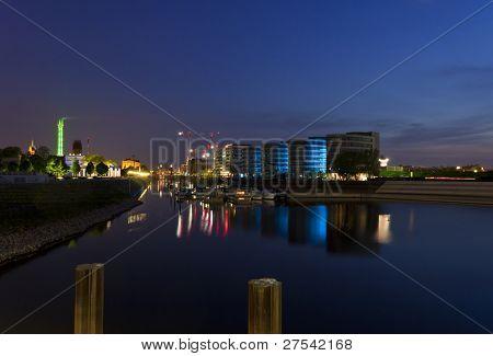 Marina de puerto interior de Duisburg por la noche