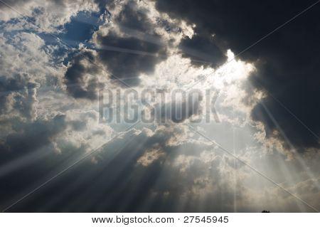 Feixe de luz solar que passa pelo couds