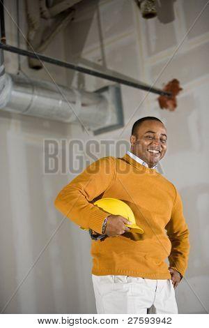 Mann im Büro/Praxisflächen bereit für bauen