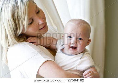 Madre de la bebé de siete meses feliz celebración