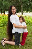 Постер, плакат: Беременность и ее маленькая дочь