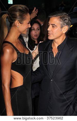 LOS ANGELES - OCT-4: Stacy Keibler, George Clooney arriveert op de