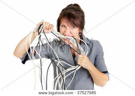 wütend geschäftsfrau beißen elektrische Kabel