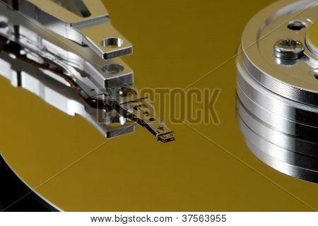 Disco duro abierto con reflejo amarillo