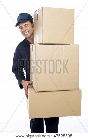 Funcionários de realocação carregando caixas de papelão