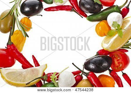 Rahmen der Oliven mit Gemüse und Kräuter-Spice isoliert auf weißem Hintergrund