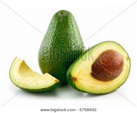 reif sliced Avocado, isoliert auf weiss