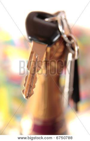 Las llaves del coche y superior de la botella