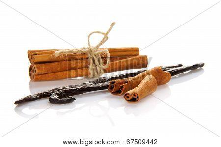 Sticks of cinnamon and vanilla
