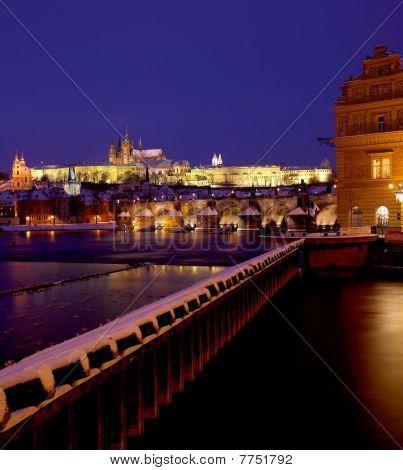 Praagse burcht met Charles bridge in winter Praag Tsjechië