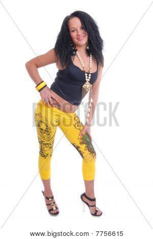 hübsch junges Mädchen in gelb und schwarz