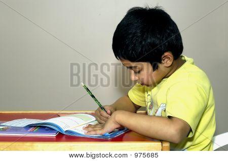 Kindergarten Kind seine Hausaufgaben