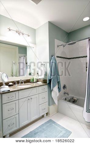 Badezimmer Interieur mit weißen Fliesen und Schränke