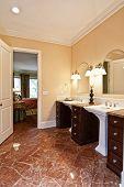 Постер, плакат: Роскошная ванная комната с мраморными полами