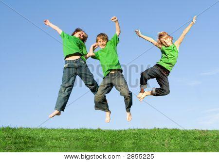 Grupo sonriendo felices de niños saltando