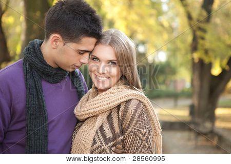 joven pareja disfrutando en amor, tierno momento