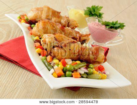 Braten Huhn Bein gewickelt im Speckmantel mit Gemüse