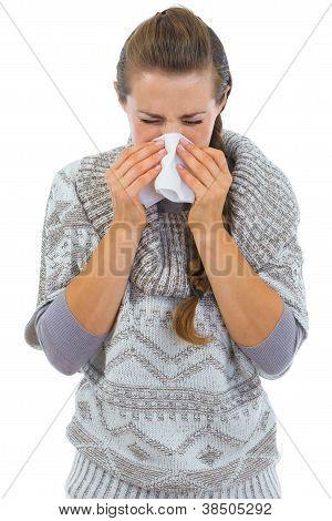 Mulher ter nariz correndo e usando guardanapo