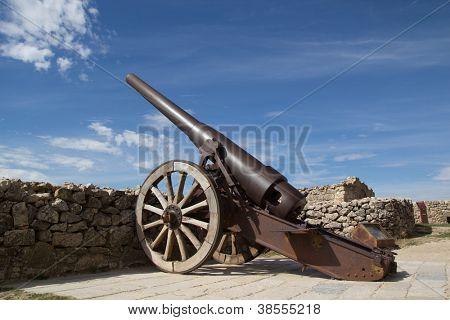 MORELLA, España - 7 de OCT: Una pieza de artillería Industrial en el castillo de Morella en 07 de octubre de 2012 en Mo