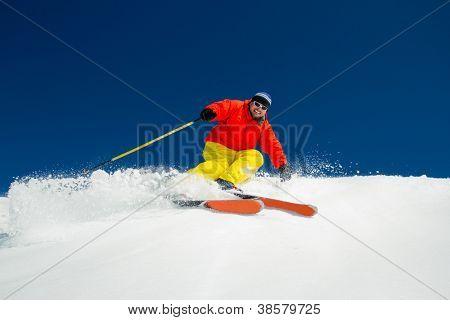 Freeride im Pulverschnee - Mann Alpin Abfahrt