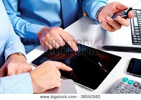 Die Hände von Leuten, die mit Tablettcomputer zu arbeiten. Technologie.