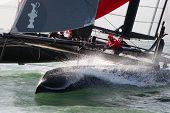 SAN FRANCISCO, CA - Oktober 4: Schwedens Artemis Racing Red Segelboot mit Skipper von Nathan Outteridge c