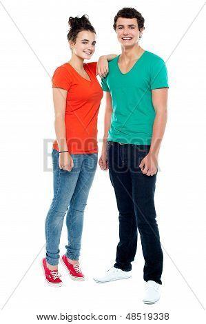 Comprimento completo retrato de casal jovem elegante