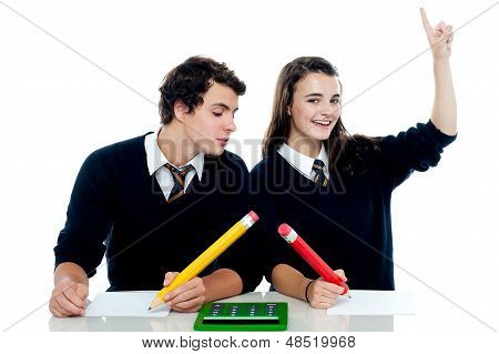 Escola menino espiando para a folha de resposta de meninas