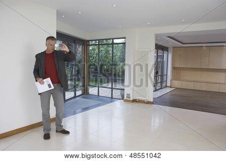 Gesamte Länge des männlichen Immobilienmakler fotografieren neue Eigenschaft
