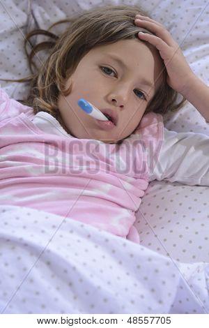 menina doente descansando na cama, com temperatura de medição de febre com termômetro