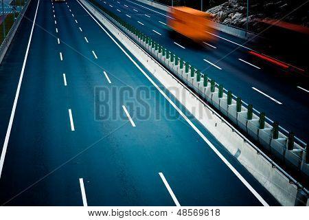 caminhões de movimento na rodovia.