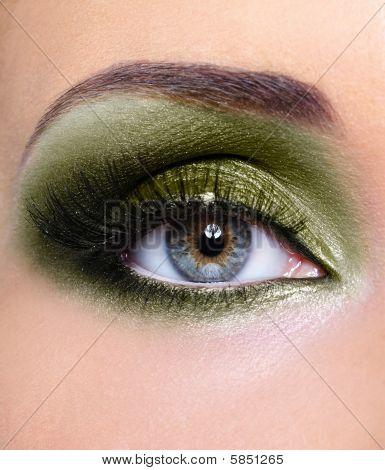 Maquillaje de ojos de mujer con sombras de ojos de color caqui