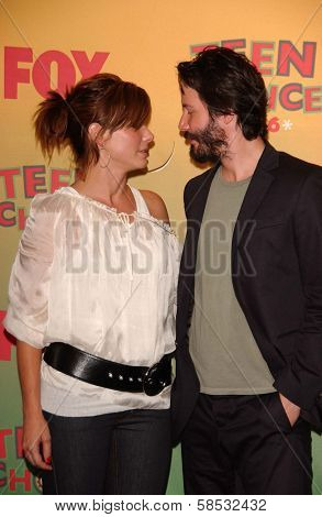 UNIVERSAL CITY - AUGUST 20: Sandra Bullock and Keanu Reeves at the 2006 Teen Choice Awards - Press Room at Gibson Amphitheatre on August 20, 2006 in Universal City, CA.