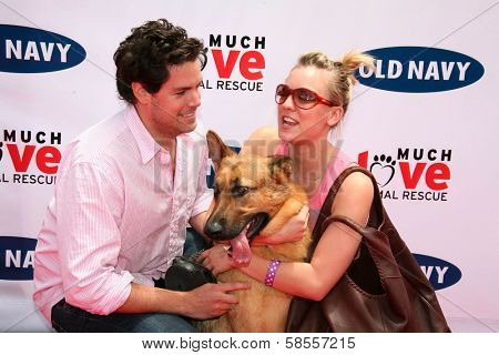 BEVERLY HILLS - APRIL 29: Kaley Cuoco and Jaron Lowenstein at the Old Navy Nationwide Search for a New Canine Mascot at Franklin Canyon Park on April 29, 2006 in Beverly Hills, CA.